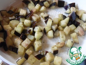 Cut eggplant into small cubes, fry in vegetable oil on low heat for 10 minutes, stirring occasionally.