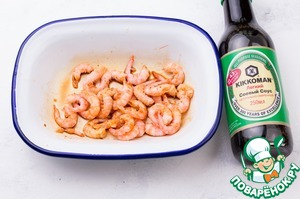 Shrimp is better to take purified or pre-purified. Marinate for 10 minutes in mixture of soy sauce and chili.