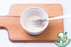 Mix mayonnaise with a spoon of soy sauce and spoon of oil.  Mix well.