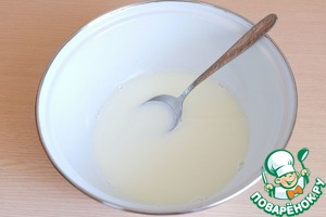 Milk (200 ml.) is heated. In a bowl with milk add 1.5 tablespoons of sugar