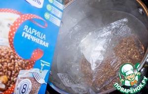 В кипящую воду закидываем пакетики гречки Ядрица, ТМ Мистраль, солим и варим до готовности 20 минут.