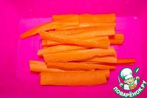 Морковь чистим и режем тонкими брусками. Выкладываем морковь в жаропрочную посуду.