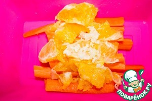 Апельсин чистим от кожуры и режем кусочками. Добавляем к моркови.