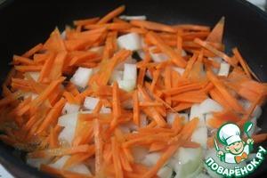 На сковороде с растительным маслом, обжарить лук и морковь.
