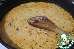 Добавить томатную пасту, сахар, соль, перец, паприку, куркуму и влить кефир.   Довести до кипения и готовить 3 минуты.