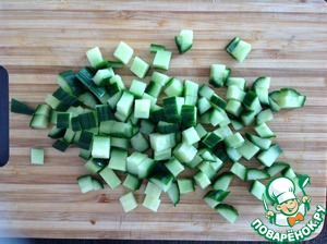 Cucumbers wash and cut into cubes.