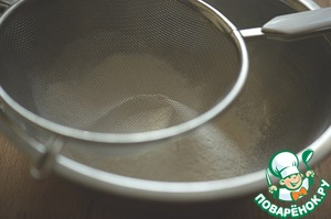 Mix the flour with the baking powder and sift into a bowl. Seasoning salt and ground pepper, mix it all together.