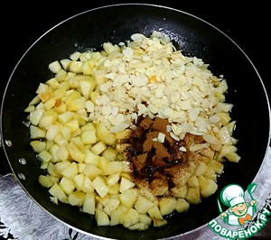 Add the cinnamon, vanilla, almond petals, stir and fry for another 5 minutes, till the filling becomes slightly viscous. Then add the flour and stir.  The stuffing is ready.