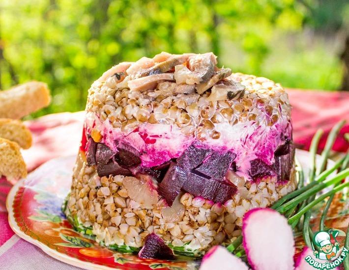 Рецепт: Слоёный гречневый салат с сельдью