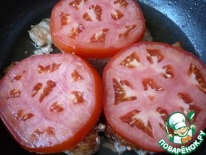 Quickly flip the scallops and spread them mugs of tomatoes.