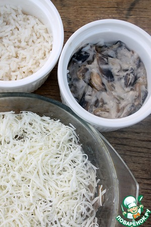 In baking dish 1/2 of the rinsed rice, top with creamy mushroom sauce and generously sprinkle with grated cheese. Put in a preheated 180-200 degree oven for 15 minutes.