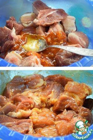 Выливаем соус в мясо, перемешиваем и оставляем мариноваться на 1-2 часа, периодически помешивая.