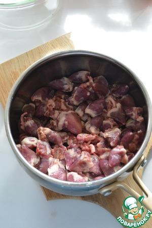 Куриные сердечки промойте, удалите при желании лишний жир и сложите в сотейник, влейте воду (около 150 мл) и поставьте на плиту. Как только вода закипит, убавьте огонь и тушите около 15 минут