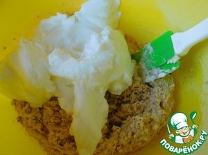 Carefully enter the beaten egg whites.