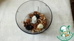 Измельчить орехи с луком и черносливом.