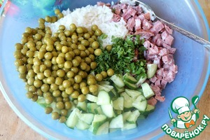In a large bowl combine washed rice, diced sausage, cucumber, greens and peas.