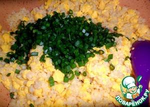 Поперчить по-вкусу и добавить нарезанный зеленый лук, перемешать.