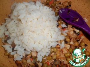Вытаскиваем сваренный пакетик риса через 25 минут, даем стечь воде.    Выкладываем рис в сковороду, перемешиваем и выключаем огонь.   Выложить в миску, добавить кетчуп и перемешать. Кетчуп можно добавить сразу в начинку или смазать им омлет.
