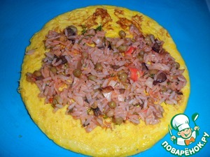 Share, visually, into three parts the filling and immediately spread on laid out on the table omelets.
