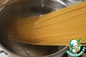 Boil the pasta in boiling salted water until tender.