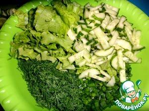 Отварить яйца, остудить.   Нарвать листья салата, нарезать огурцы, укроп, зеленый лук.