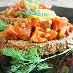 Норвежский салат с лососем на хлебе