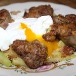 Куриная печень с кабачками и яйцом пашот