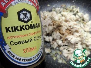 """Используем соевый соус от ТМ""""Киккоман""""."""