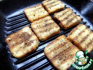 Промазать сливочным маслом и обжарить на сковороде-гриль. По желанию насыпать чесночка.