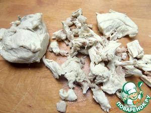 Для данного супа вынимаем куриные части и обрабатываем от костей и кожи.
