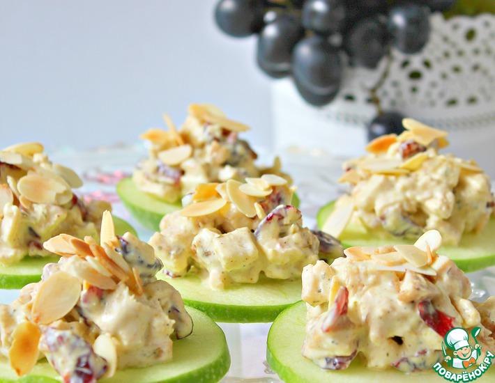 Рецепт: Куриный клюквенный салат на кусочках яблока