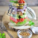 Салат в баночке с курицей и инжиром