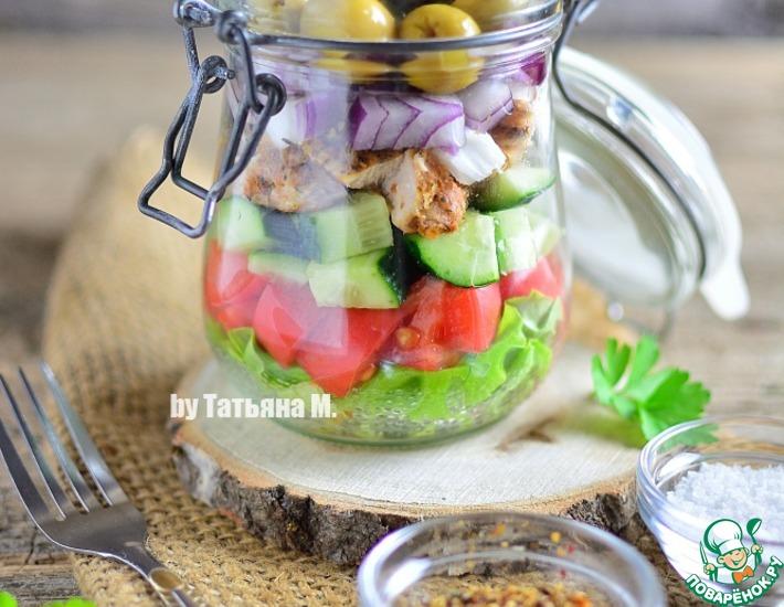 Рецепт: Салат в баночке с курицей и инжиром