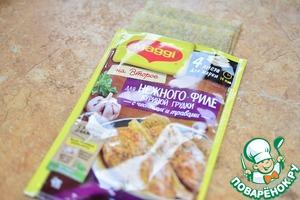Филе грудки отбить, как рекомендовано на упаковке Магги;   Обернуть листами филе грудки, прижать (для салата, понадобится 1 филе);   Готовить на разогретой сковороде без масла, как указано на упаковке;