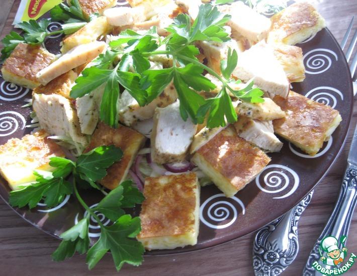 Рецепт: Салат с курицей и сырными блинчиками