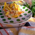 Салат с курицей, капустой и омлетом