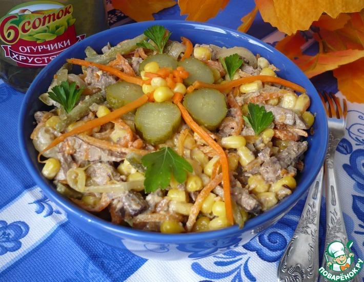 Рецепт: Салат с печенью и маринованными огурцами