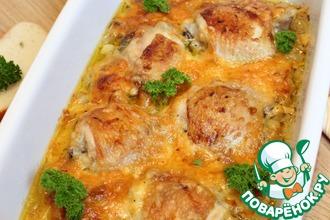 Рецепт: Куриные бедра в луково-сырном соусе