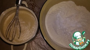 In a Cup (volume of 4-5 liters) sift flour. Put about 0.5 cups of flour, it will come in handy for kneading and forming the dough. In the main part of the flour add the vanilla and baking powder.   In milk mixture add sour cream, eggs, salt 130ml vegetable oil, mix well.