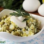 Яичный салат с огурцами и горошком