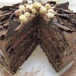Шоколадный торт с орехами и клубникой