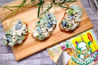 Рецепт: Куриный салат с эстрагоном на тостах