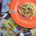 Салат с курицей и яичным блином
