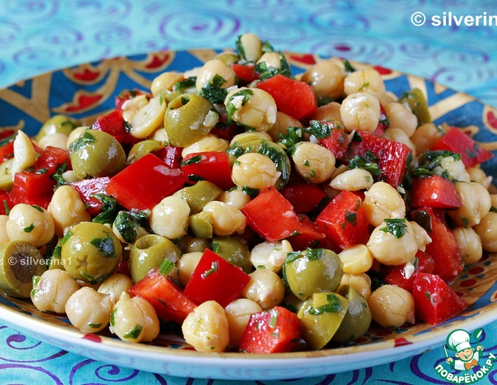 Рецепт: Салат из нута, перца и оливок