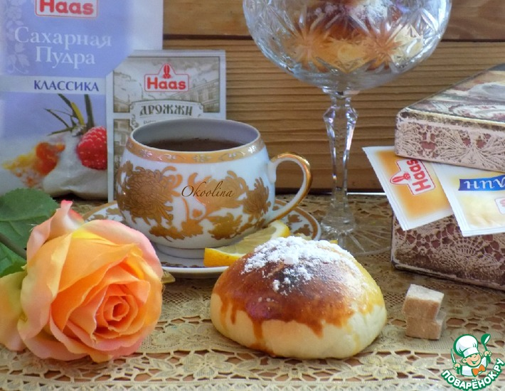 Рецепт: Сдобные булочки с шоколадными конфетами
