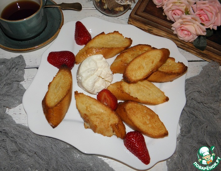 Рецепт: Карамелизованные тосты с медом и ягодами