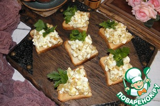 Рецепт: Чесночные гренки с яичным салатом