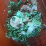 Зелёный салат с шампиньонами