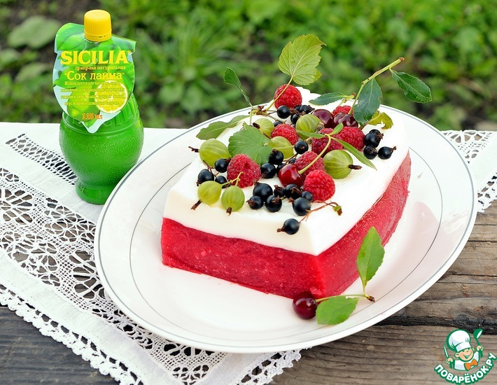 Двухслойный террин из арбуза с ягодами