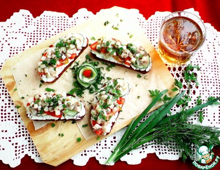 Рецепт: Бутерброды с творогом, сельдью и овощами